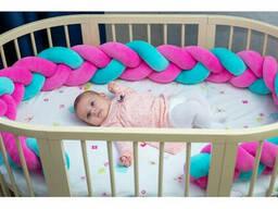 Бортик в детскую кроватку Хатка в виде косички Розово-мятный, 240 см (на три стороны)