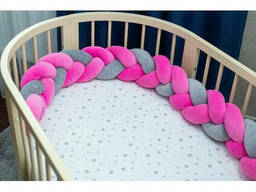 Бортик в детскую кроватку Хатка в виде косички Розово-серый, 180 см (половина кроватки)
