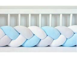 Бортик в детскую кроватку Хатка в виде косички Белый-Голубой-Пепельный, 180 см. ..