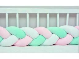 Бортик в детскую кроватку Хатка в виде косички Белый-Розовый-Мятный, 240 см (на три. ..