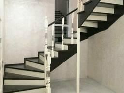 Черно-белые лестницы для дома из натурального дерева
