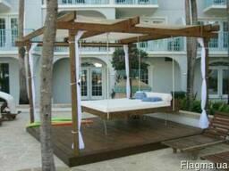 Деревянная подвесная кровать, качели, гойдалка в беседке