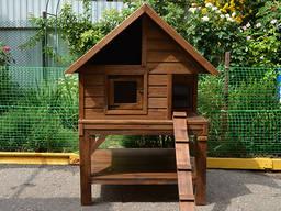Деревянный домик для кошки на улице