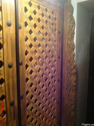 Деревянный шкаф купе резной