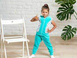 Детский спортивный костюм для девочки с жилеткой и брюками на манжете бирюзового цвета. ..