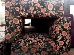 Диван б/у тканевый черный с цветочным узором