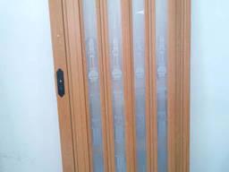 Дверь гармошка остекленная с декором вишня 501 с башенкой. ..