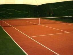 Искусственная трава для футбольных полей и теннисных кортов.