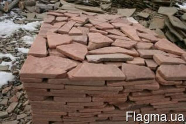 Камень песчаник окатанный красный