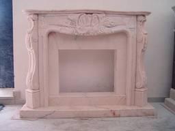 Каминный портал из розового мрамора.