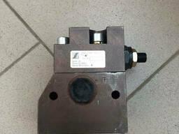 Клапан зарядки КПР-10 276. 11. 01. 00. 000 автогрейдер. ..