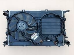 Комплект радиаторов с вентиляторами в корпусе Audi Q5.
