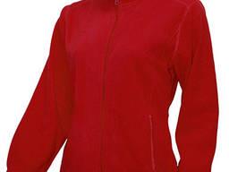 Женский флисовый свитер красного цвета.
