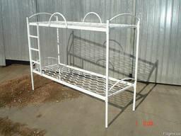 Кровать двухъярусная металлическая с лестницей и дугами