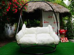 Купить подвесную плетенную кровать из ротанга на стойке