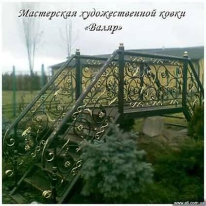 Лавочки, мангалы, фонари, мостики кованые, беседки.