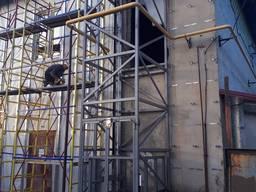 Лифт в шахте металлической