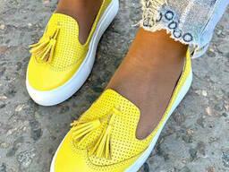 Лоферы женские кожаные желтые перфорация с кисточками
