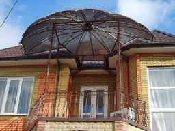 Навес из поликарбоната над балконом в частном доме купольный