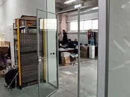 Офісна перегородка із скла з дверима в коробці