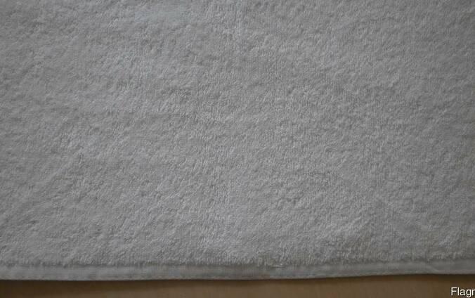 Отельные полотенца белые.