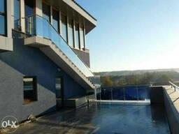 Перила со стеклом на балкон