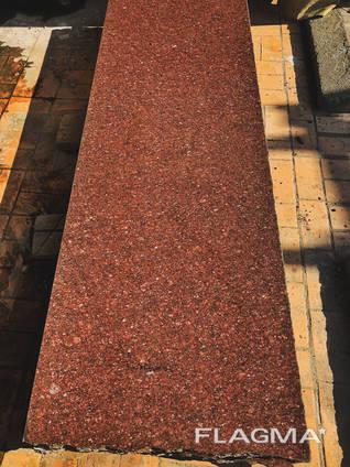 Плиты из красного гранита в полосе
