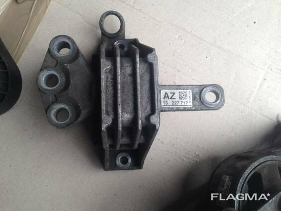 Подушка крепление двигателя 13227717 AZ Opel Insignia
