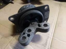 Подушка крепление двигателя коробки 13322171 EB Opel. ..