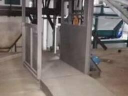 Подъёмник грузовой консольный для складских помещений.