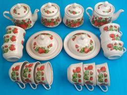 Посуда: Столовый чайный фаянсовый набор «Клубничка» на 12 персон