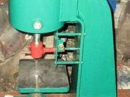 Пресс настольный пневматический , предназначен для операций