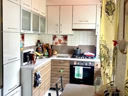 Продам 3-Х перепланированную в 2-Х с кухней студией.