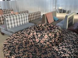 Продам бу черный полукруглый диван с рисунком цветов
