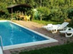 Продам дом в Черноморке на большой зеленой территорией с бассейном.