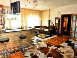 Продам двух этажный дом площадью 300м. кв.