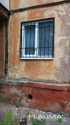 Решетки на окна, решетчатые двери.