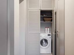 Шкаф из жалюзийных дверей. закрытия бойлера и стиральной