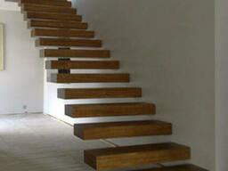 Ступени лестниц из натурального дерева с эффектом парения в воздухе