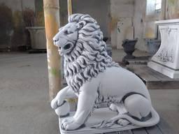 Скульптура льва с шаром