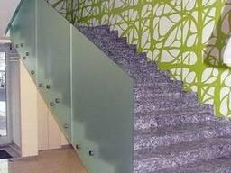 Стеклянное ограждение лестниц на нержавеющих коннекторах