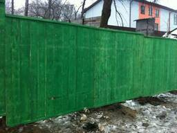 Забор деревянный для стройки окрашенный.