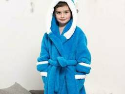 Теплый халат для мальчика с капюшоном голубого цвета из материала велсофт