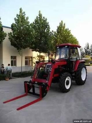 Трактор с функциями телескопического вилочного погрузчика