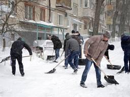 Уборка снега во дворах домов с крыш торговых центров и т д