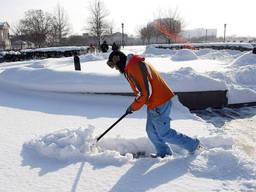 Уборка снега вручную. Крыши, автостоянки, территории