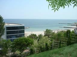 Участок на берегу моря с видом на залив.