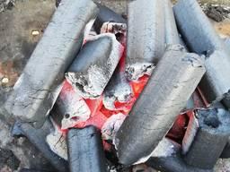 Уголь из брикета пини кей.