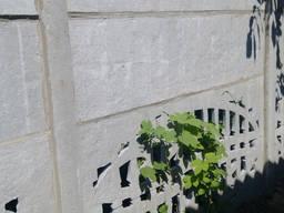 Услуги заделки монтажных швов в бетонном заборе