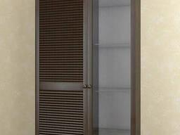 Витрина с жалюзийными дверями из натурального дерева. ..